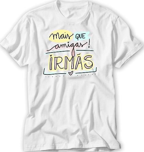 Camiseta Branca com o texto Mais que Amigas! Irmãs