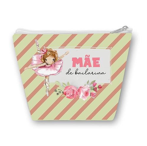 Necessaire com fundo de listras verde e rosa, o desenho de uma bailarina e a frase Mãe de Bailarina com flores