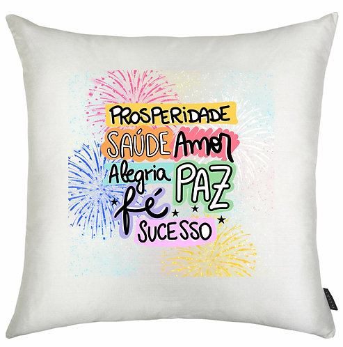 Almofada Branca Quadrada com as palavras: Prosperidade, Saúde, Amor, Alegria, Paz, Fé e Sucesso com fogos coloridos ao fundo