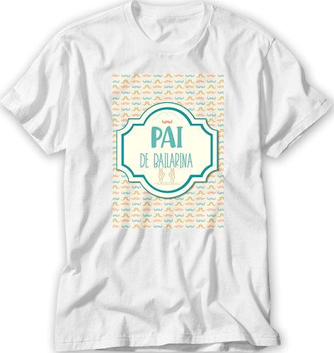 Camiseta branca, no centro um retangulo amarelo com pequenos bigodes verde e laranja, no meio a frase Pai de Bailarina