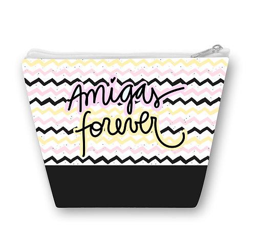 Necessaire com ondas a fundo, uma faixa preta na parte inferior e a frase Amigas Forever em letras decoradas ao centro