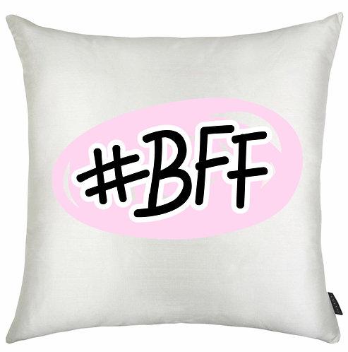 Almofada Quadrada branca com o escrito #BFF ao centro dentro de uma estampa oval na cor rosa