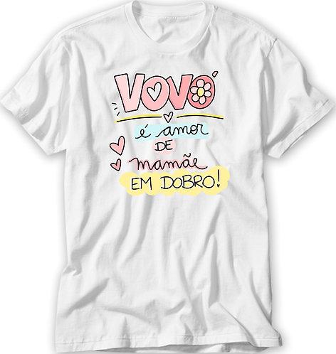 Camiseta Branca com a frase Vovó é amor de mamãe em dobro!, em letras decorativas e bordas coloridas no centro
