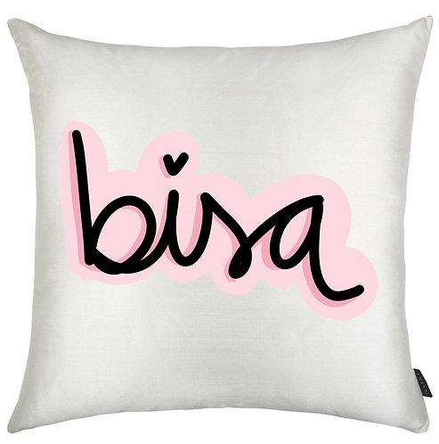 Almofada Quadrada Branca com a palavra Bisa, em letra decorativa preta e a borda rosa
