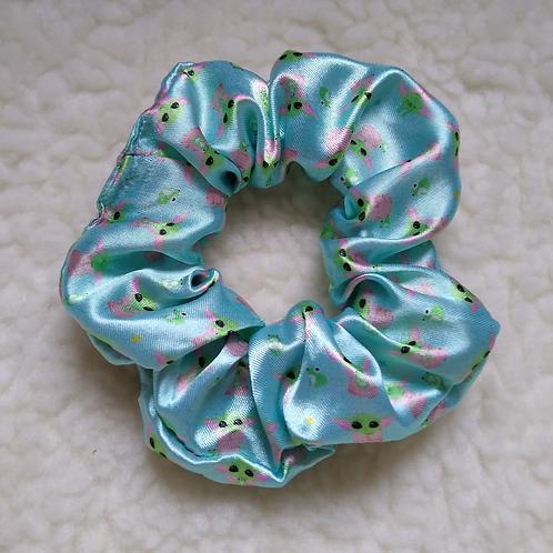 Scrunchie Cetim Estampado  - Baby Yoda Verde