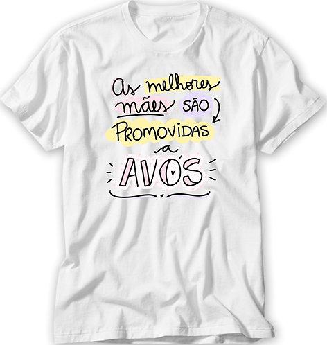 Camiseta branca com a frase As Melhores Mães São Promovidas a Avós, em letras decoradas