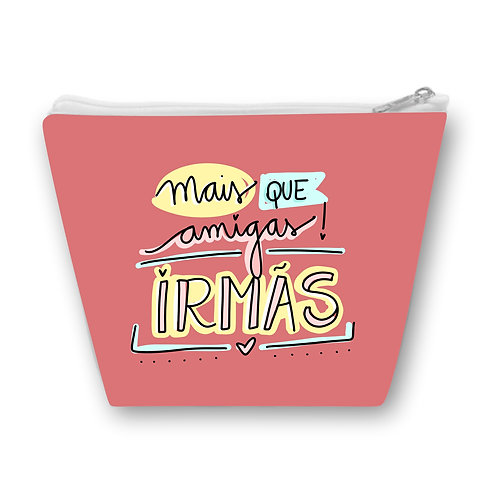 Necessaire rosa com o texto Mais que Amigas! Irmãs em letras decorativas