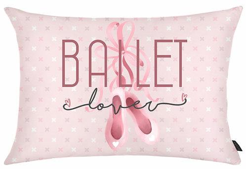 almofada retangular rosa, fundo com pequenos desenhos com um par de sapatilhas ao centro e a frase Ballet Lover na frente