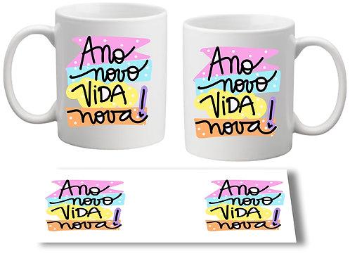 Caneca Branca com o texto Ano Novo Vida Nova! em letras decorativas com fundo colorido em cada um dos lados da caneca