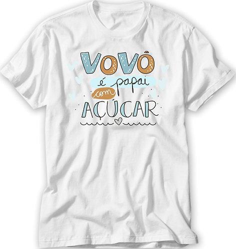 Camiseta Branca com a frase Vovô é Papai com Açúcar, em letras decorativas e pequenos corações no centro