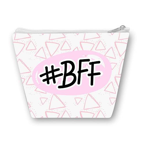 Necessaire Branca com pequenos triângulos rosa e a #BFF  no centro
