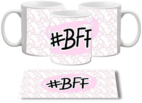 Caneca Branca com triâgulos rosa ao fundo, no centro o texto #BFF dentro de uma forma rosada