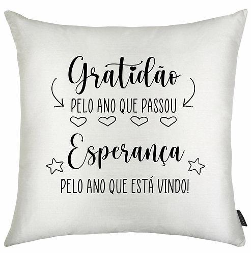 Almofada branca quadrada com a frase Gratidão pelo ano que passou Esperança pelo ano que está vindo com pequenos ícones