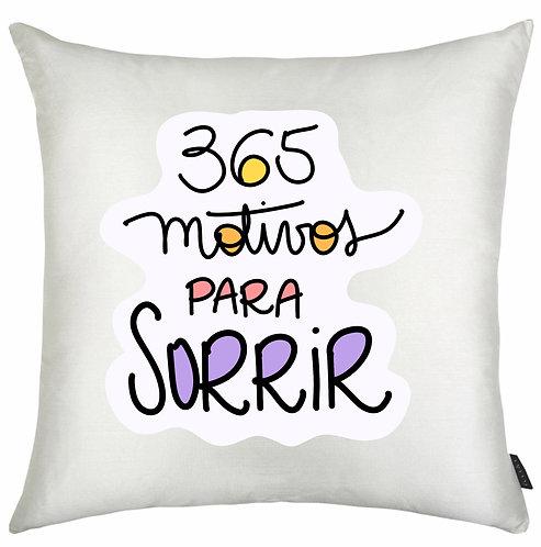 Almofada Quadrada branca com a frase 365 Motivos Para Sorrir em letras pretas com detalhes coloridos