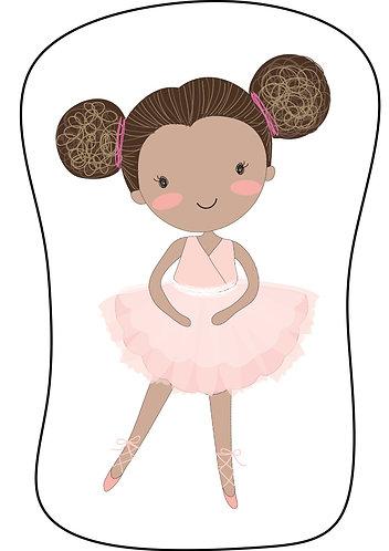 Mini Almofada seguindo o formato do desenho: uma bailarina negra com o cabelo preso em dois coques laterais e roupa rosa