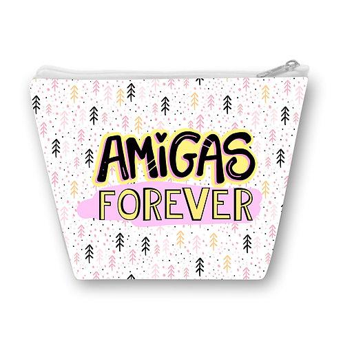Necessaire com pequenos desenhos rosa e preto ao fundo e a frase Amigas Forever em letras decoradas e coloridas