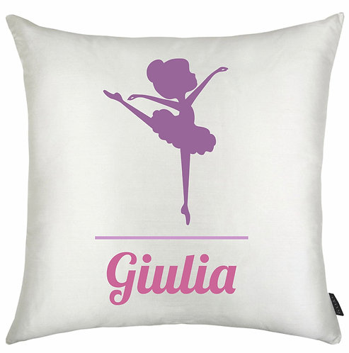 almofada quadrada branca, a silhueta de uma bailarina em roxo e o nome a ser personalizado embaixo, em rosa
