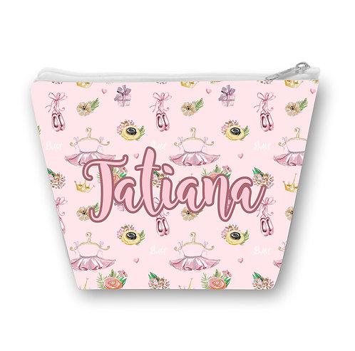 Necessaire com fundo rosa estampado com tutus, sapatilhas e flores e o nome a ser personalizado ao centro