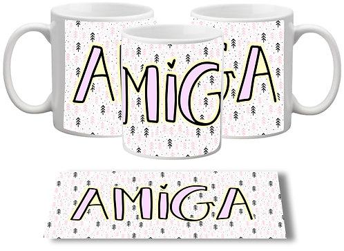 Caneca branca com pequenos desenhos ao fundo e a palavra AMIGA com letras decorativas