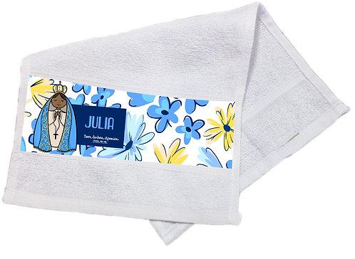 toalha branca com estampa no barrado, fundo floral, estampa fofa de N.S.Aparecida e o nome personalizado