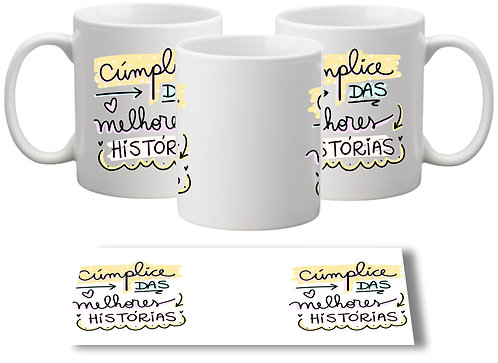 Caneca branca com a frase Cúmplice das Melhores Histórias com letras decorativas repetida nos dois lados da caneca
