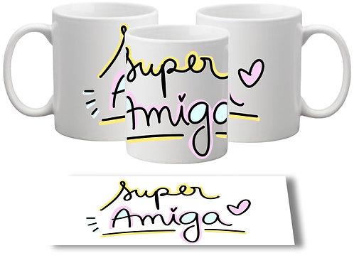 Caneca Branca com o texto Super Amiga em letras decoradas com fundo amarelo e rosa