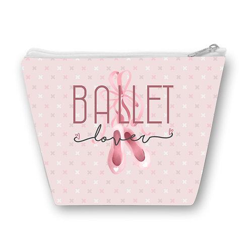 Necessaire Rosa com com a frase Ballet Lover ao centro e um par de sapatilhas rosa ao fundo
