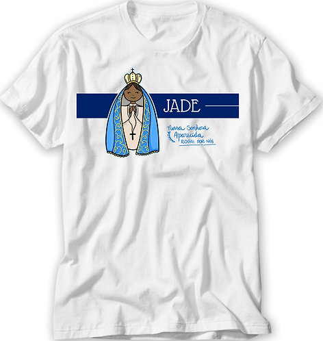 """camiseta branca, ilustração fofa de N. Sra. Aparecida, uma faixa azul com o nome e a frase """"N.Sra.Aparecida Rogai por nós"""""""