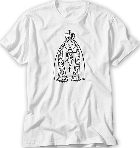 camiseta branca, no centro uma ilustração fofa de Nossa Senhora Aparecida sendo apenas o contorno do desenho, mas cor preta