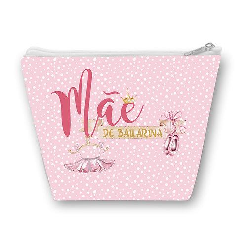 Necessaire rosa com bolinhas brancas, a frase Mãe de Bailarina e desenhos de uma coroa, um par de sapatilhas e um tutu