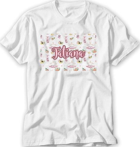 Camiseta Branca, ao centro desenhos de ícones de ballet (tutu, sapatilhas) e flores, com o nome a ser personalizado na frente