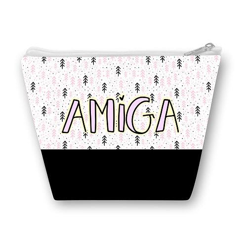 Necessaire com pequenas estampas rosa e preto ao fundo e a palavra AMIGA ao centro e uma faixa preta na parte inferior