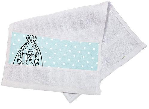 toalha branca com estampa no barrado, fundo azul de bolinha branca, desenho de N.S.Aparecida apenas o contorno preto