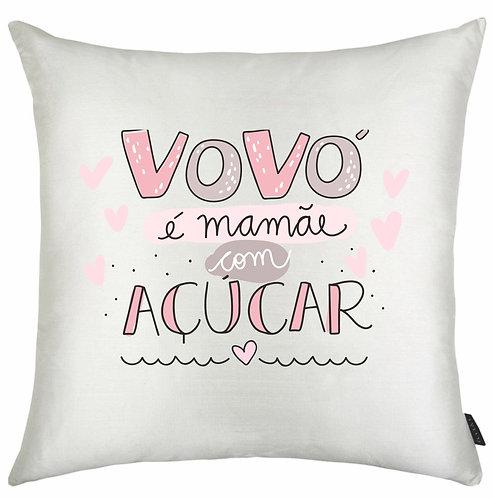 Almofada quadrada branca com a frase Vovó é mamãe com açúcar em letras decoradas e pequenos corações