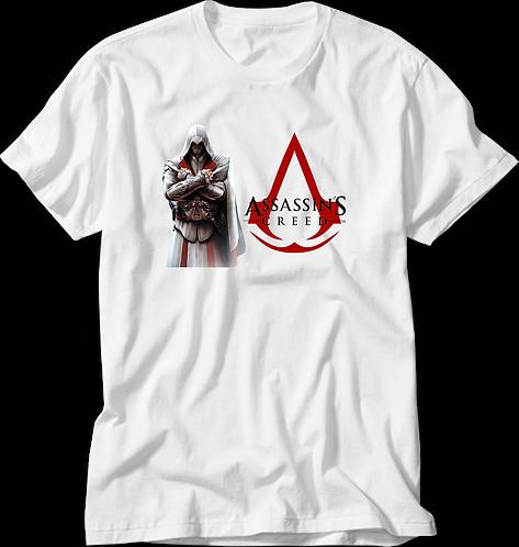 Camiseta Branca com o personagem do jogo Assassins Creed e o nome e símbolo do jogo ao lado