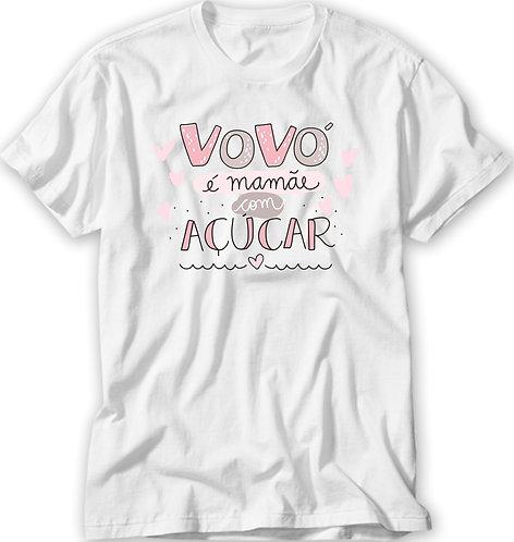 Camiseta Branca com a frase Vovó é mamãe com açúcar, em letras decorativas e pequenos corações
