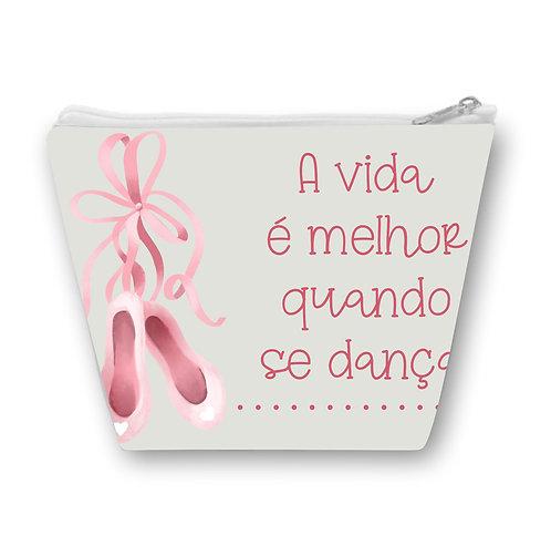 """Necessaire com fundo acinzentado, a esquerda um par de sapatilhas rosa e a direita a frase """"A vida é melhor quando se dança"""""""