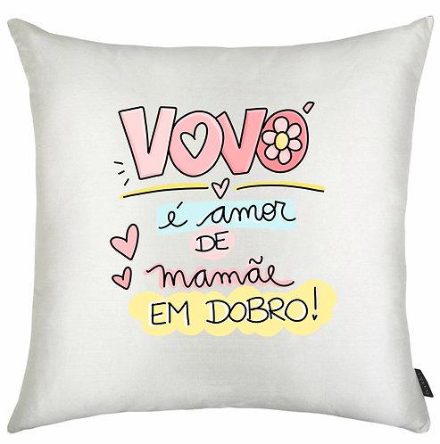 Almofada quadrada branca com o texto Vovó é amor de mamãe em dobro com letras decoradas pretas e bordas coloridas