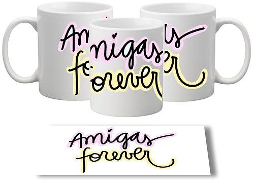 Caneca branca com a frase Amigas Forever escrita com letras decorativas no centro da caneca