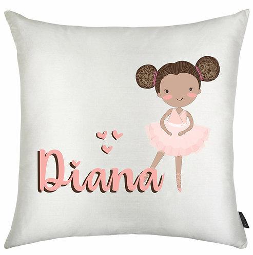 almofada quadrada branca com uma bailarina negra com cabelo preso em dois coques + o nome a ser personalizado em rosa