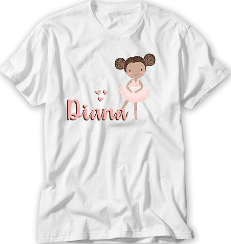 Camiseta branca com uma bailarina negra com o cabelo preso em dois coques laterais e o nome a ser personalizado em rosa