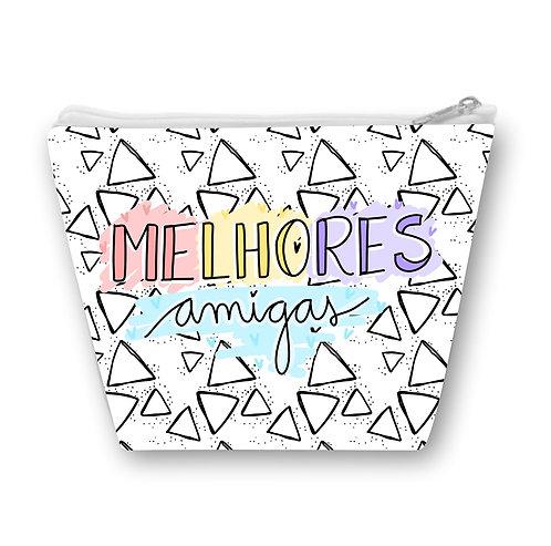 Necessaire branca com pequenos triângulos pretos e a frase Melhores Amigas em letras decoradas e coloridas ao centro
