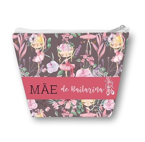 Necessaire com fundo cinza, desenho de bailarinas loiras em meio a flores e a frase Mãe de Bailarina em uma faixa rosa