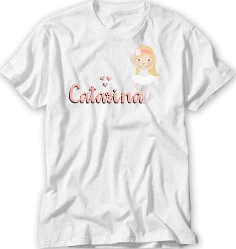 Camiseta branca com uma menina branca, de cabelos loiros, vestida de bailarina e o nome a ser personalizado em rosa