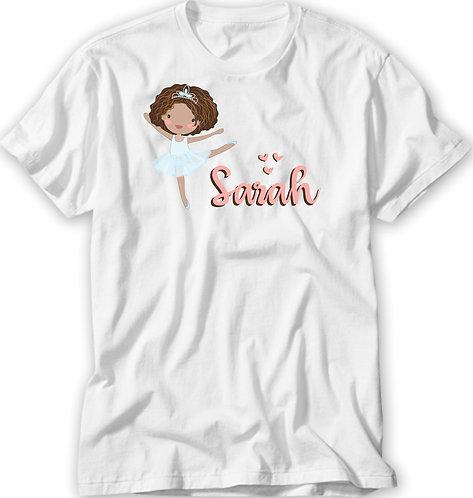 Camiseta Branca uma menina negra, com cabelos soltos vestida de bailarina e o nome a ser personalizado em rosa