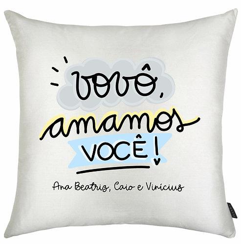 Almofada Quadrada Branca com a Frase Vovô Amamos Você em letras decoradas azul amarelo e cinza e o nome dos netos logo abaixo