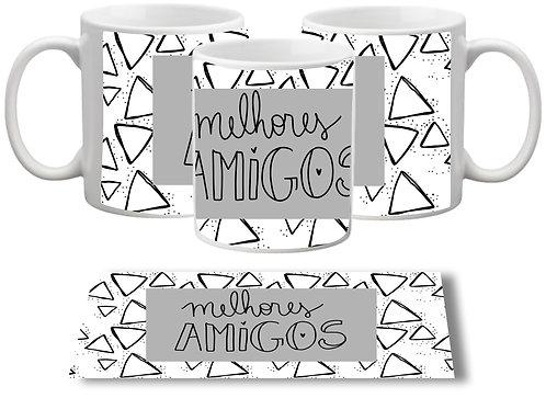 caneca branca com triângulos pretos ao fundo, uma faixa cinza ao centro com o texto Melhores Amigos em letras decoradas