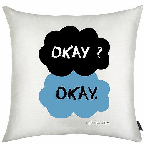 almofada quadrada branca com o desenho da capa do livro, uma nuvem preta e outra azul, cada uma com a palavra Okay