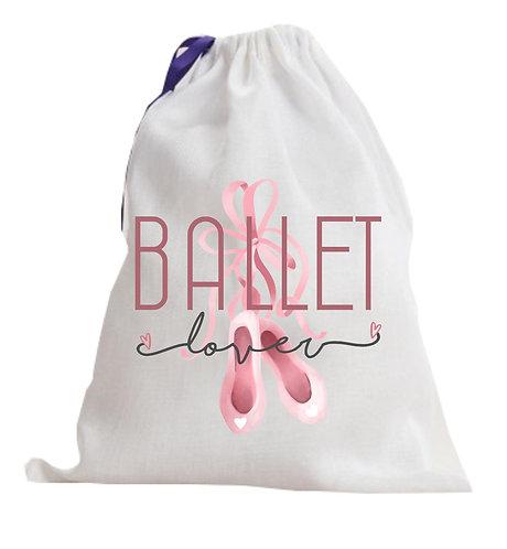 """saco branco de tecido com fecho de cordão, ao centro a frase """"Ballet Lover"""" com um par de sapatilhas rosa ao fundo"""