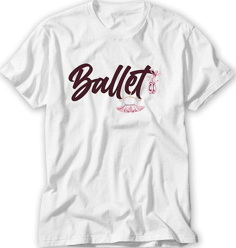 camiseta branca, no centro a palavra Ballet em roxo, enfeitada com uma saia tutu e um par de sapatilhas